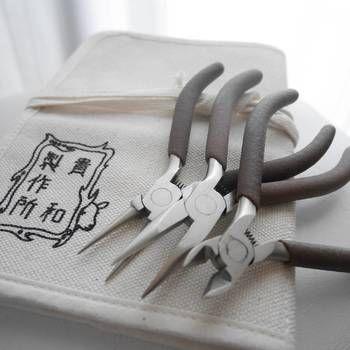 アクセサリー作りには、やっとこやニッパーなどの道具が必要な場合が多いです。 レシピに合った金具・道具、丸カンの付け方など技法も知りたい場合、貴和製作所のサイトの『コジカの教科書』がとっても役に立ちます。