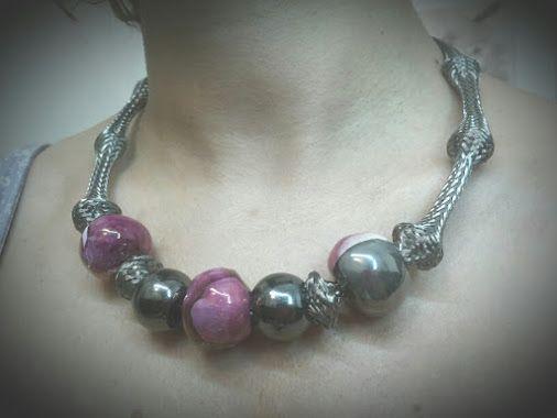 Collana realizzata con il riciclo della copertura di un tubo e perle di ceramica