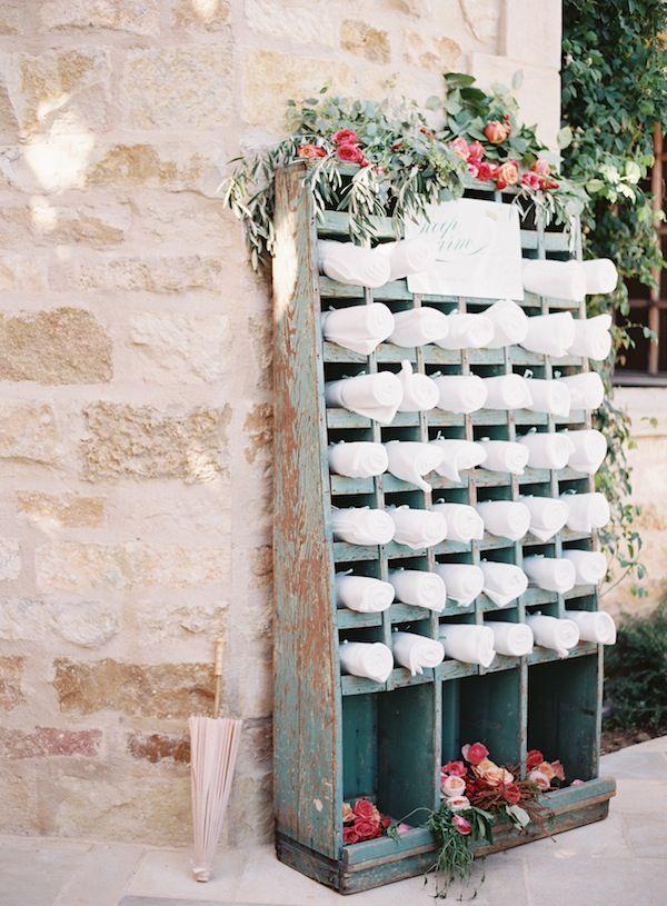 Una idea de lo más bonita y original para tener preparadas unas mantitas o unos chales para los invitados.