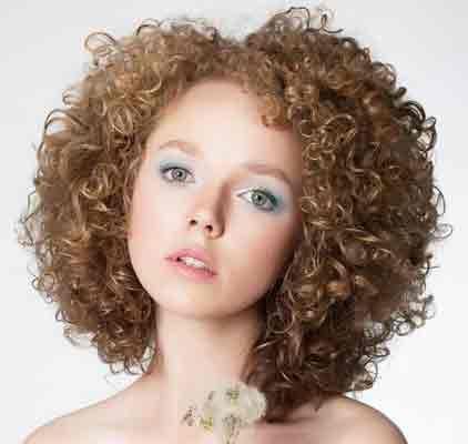Curare i capelli ricci permanente