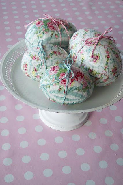 Jeg er så småt begyndt at lave små påske forberedelser, i forgårs lavede jeg disse decoupage påskeæg med Greengate servietter.  Fremgangsmåd...