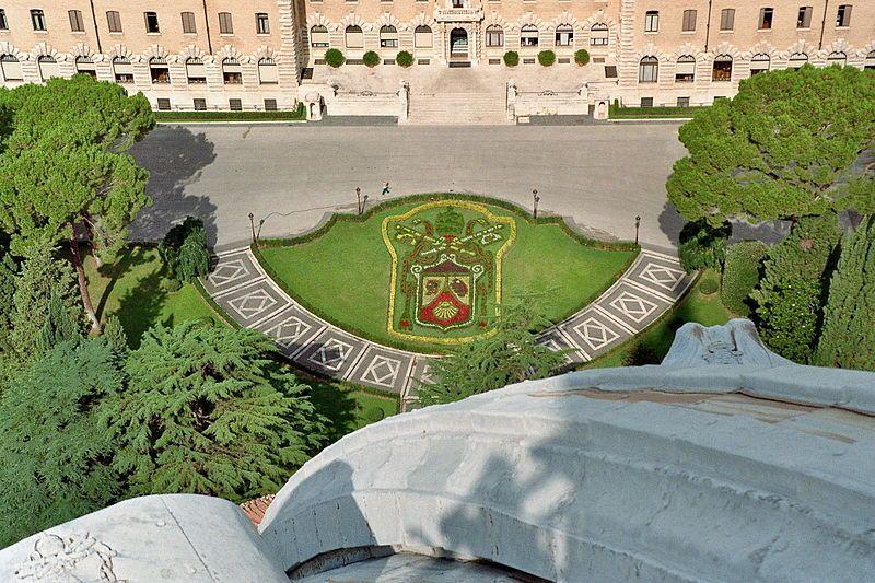 File Rom Vatikanische Garten Papstwappen Jpg Vatikanische Garten Parks Garten