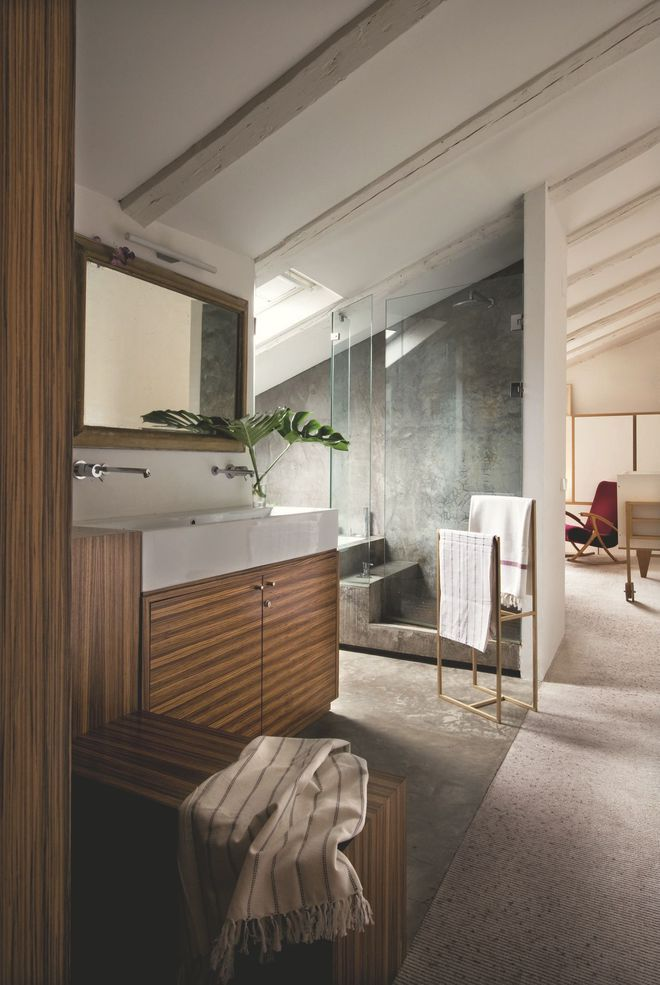Salle de bains contemporaine ouverte sous combles - Salle de bain dans chambre sous comble ...