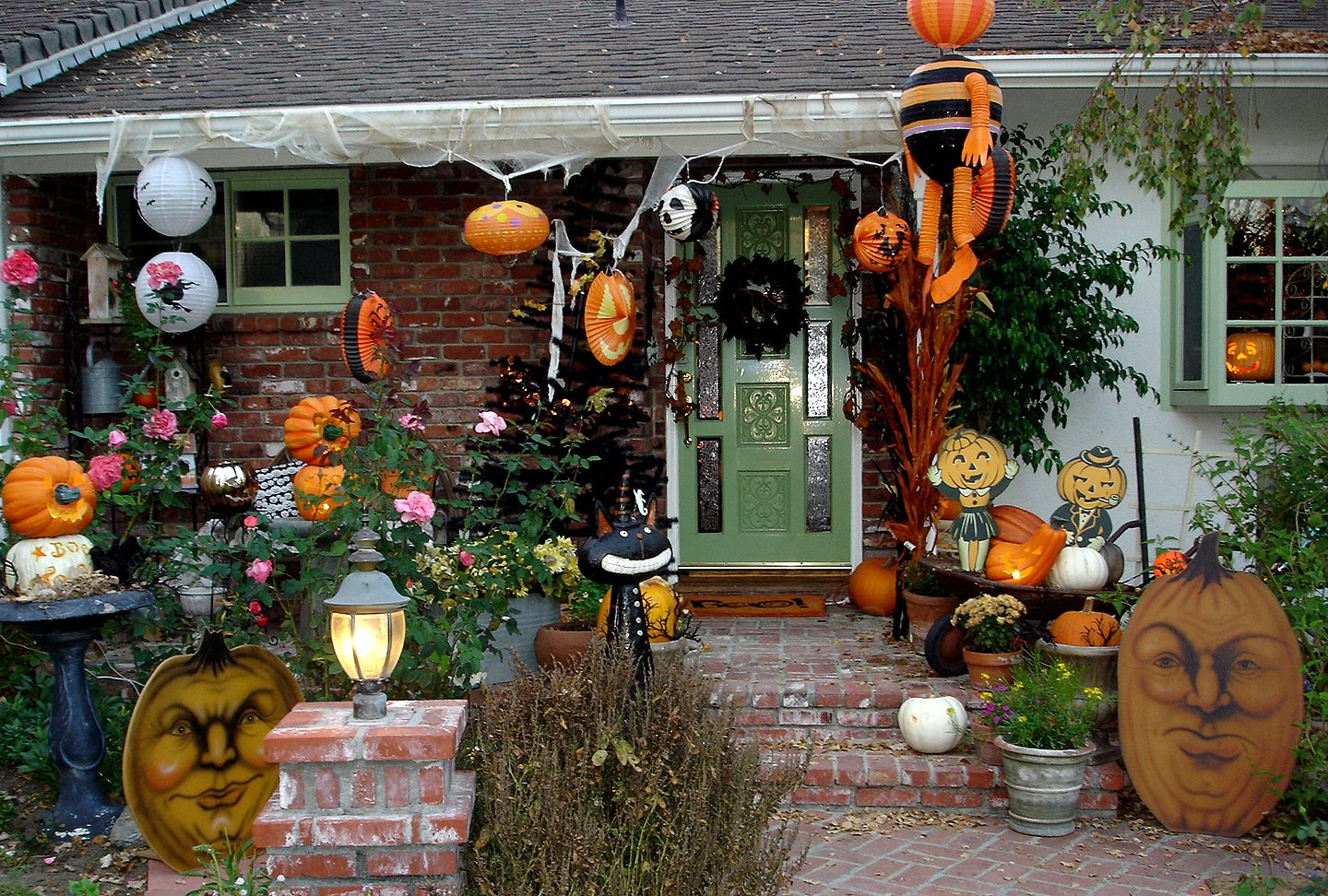 SPOOKY OUTDOOR DECORATIONS FOR THE HALLOWEEN NIGHT Halloween Ideas - Halloween Yard Decorations Ideas