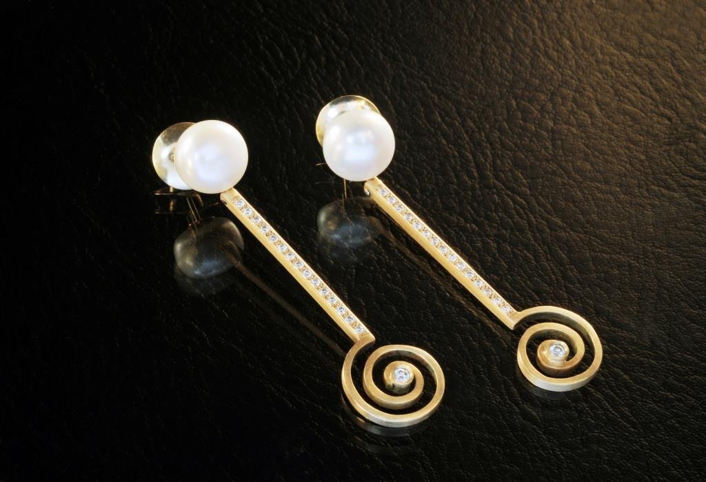 """Brinco """" Espiral"""" em ouro perola e diamante - Marcia Lima"""