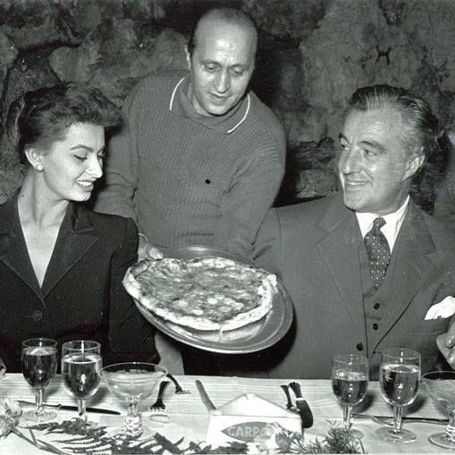 Sophia Loren and Vittorio De Sica eating pizza