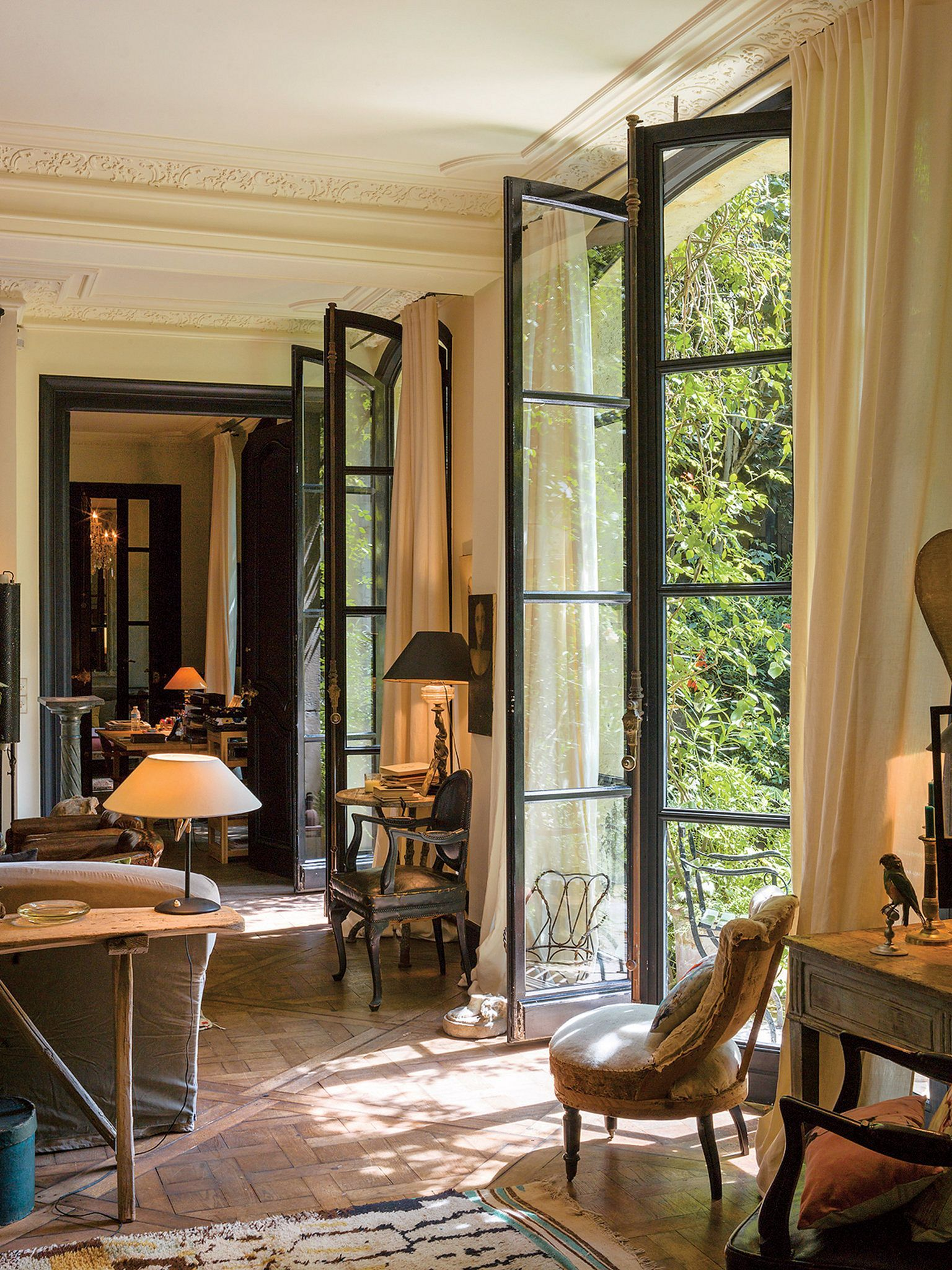 French Style Living Room: 40+ Best Black And White Interior Design Ideas / FresHOUZ