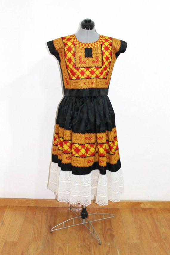 Traje de Satín Negro bordado Cadenilla Vintage por shkaalavintage