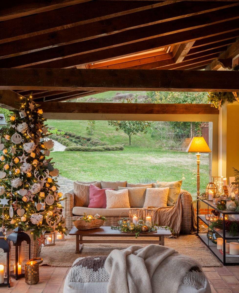 579cf12d6e1 Árbol de Navidad decorado en blanco y dorado y ubicado en el porche de una  casa en el campo  elmueble  navidad  arboldenavidad  decoración   ...