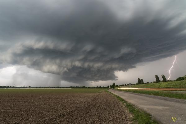 """Photo de G.Scheib via @infoclimat: """"Violents #orages et supercellule hier soir des #Vosges à la Bavière: http://goo.gl/qirH6r  #HeyMeteoFrance"""" (14/05/2015)"""