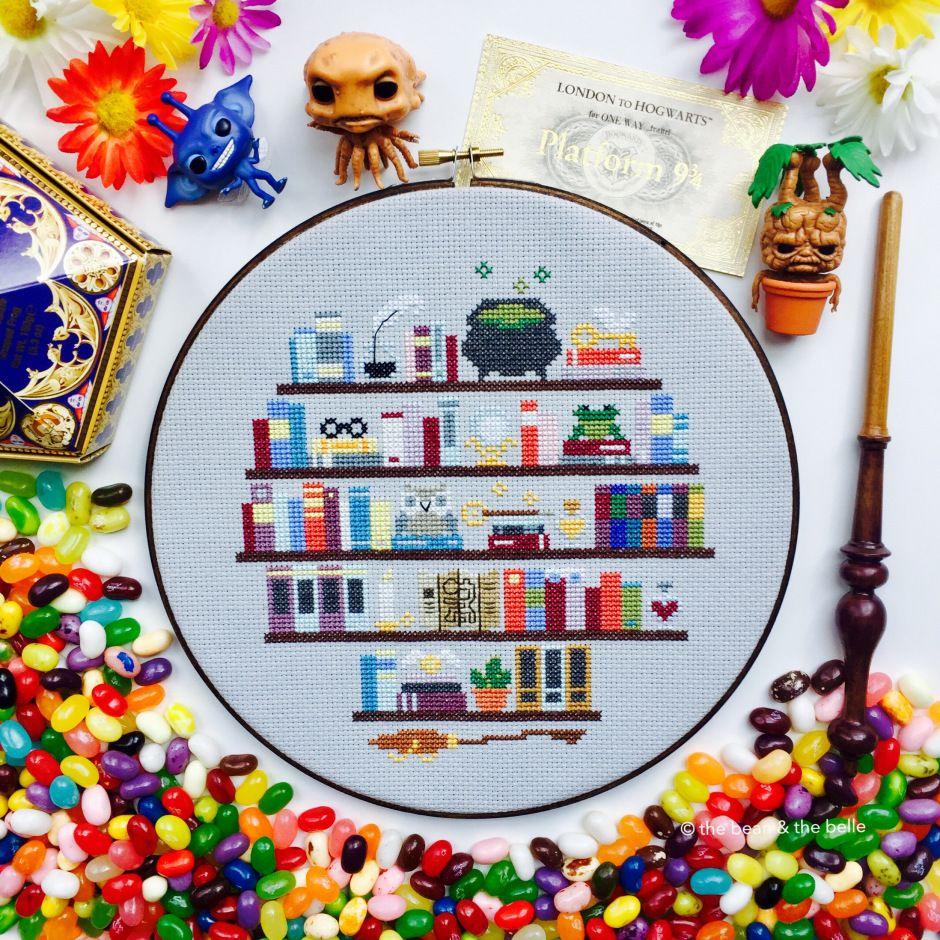 Harry Potter Bookshelf Cross Stitch Hoop   Stickvorlagen, Hilf mir ...