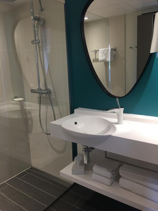 R fection salle de bain par ips renov paris gris blanc et bleu canard au mur les formes - Refection salle de bain ...