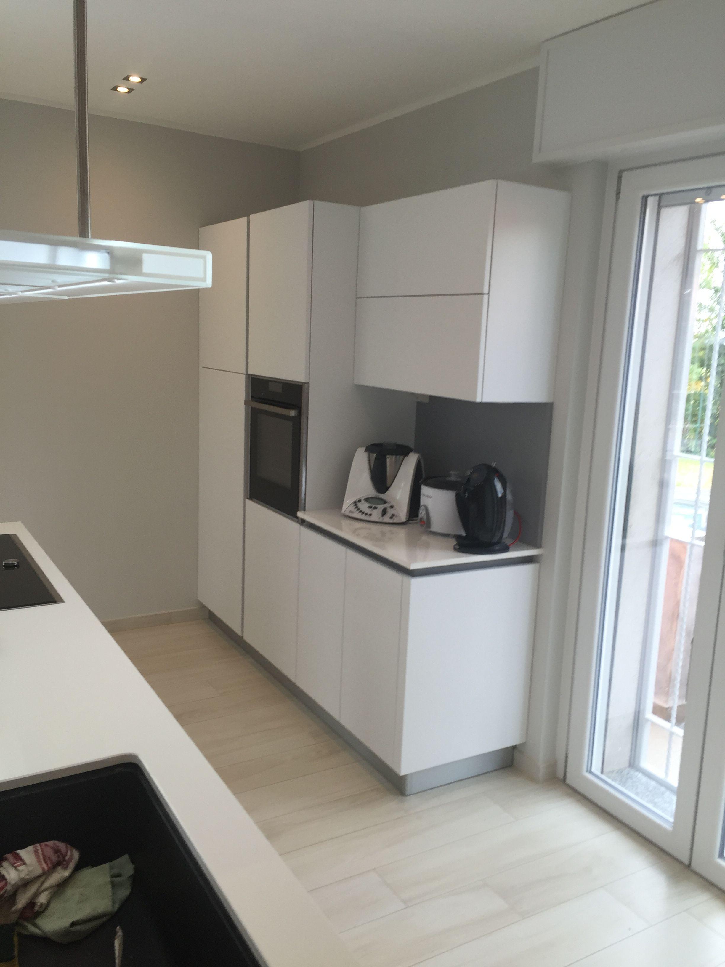 Cucina moderna in acrilico bianco con isola, dettaglio ...