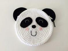 Kijk wat ik gevonden heb op Freubelweb.nl:een gratis haakpatroon van De Ligny Creations om dit leuke panda tasje te maken https://www.freubelweb.nl/freubel-zelf/gratis-haakpatroon-panda-tasje/