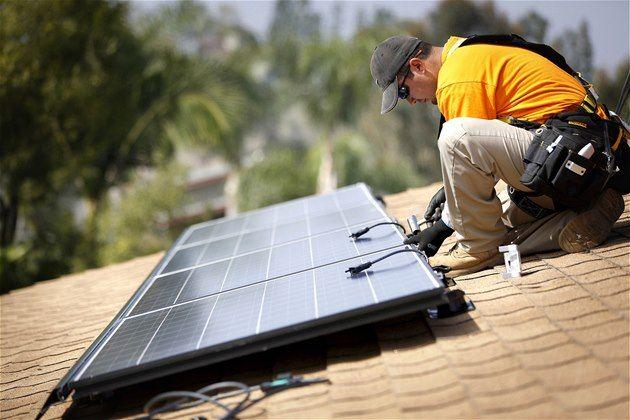 Stresni Solary Bez Licence Stat Usnadni Cestu Zelenym Elektrarnam Solar Panel Installation Solar Panels Solar