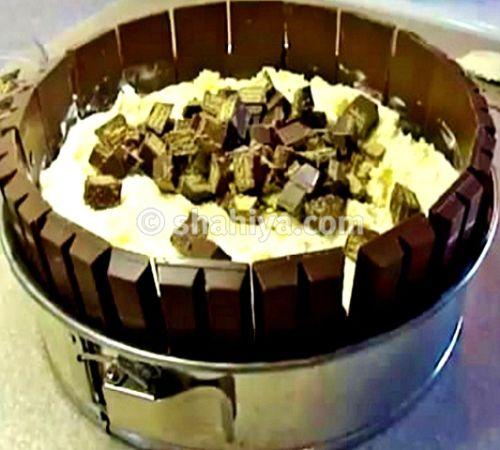 ضعي طبقة آيس كريم فانيلا ورشي فوقها مكعبات كيت كات Chocolate Kit Kat Cake Ice Cream Cake Cream Cake
