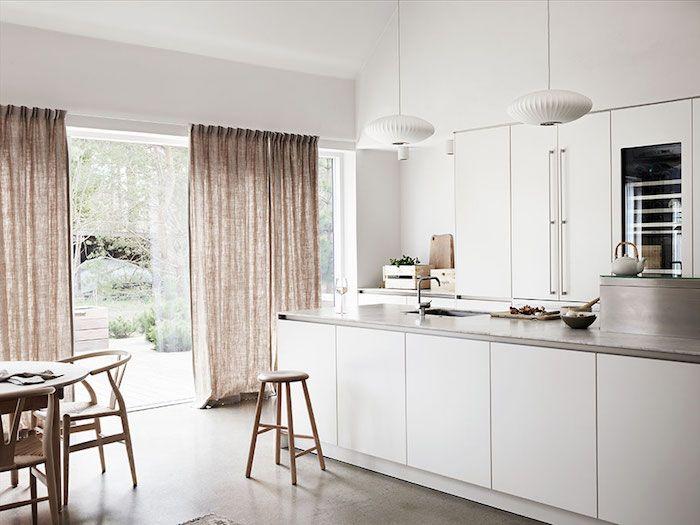 exemple d amenagement cuisine blanche avec ilot central dot de plan de travail gris sol