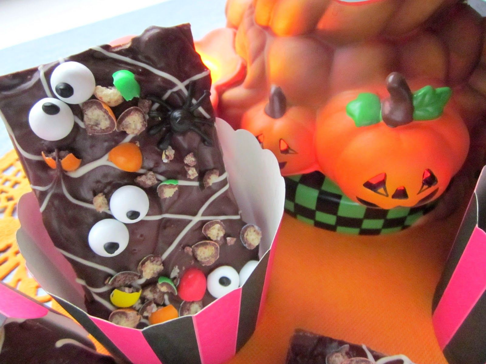 Halloweeniin kuuluu kaikenlaiset kammottavat syötävät. Välillä ne ovat niin ällöjä, että kauhistuttaa, mutta nämä tuunatut suklaat ovat aika...