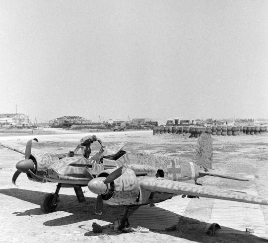 US soldiers inspect a Henschel Hs129   HS 129   Pinterest   Guerra