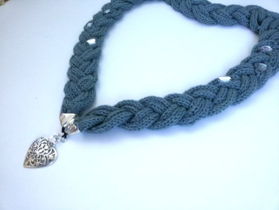 Collana di lana tricotin grigia con glitter e di MediterraneanArt