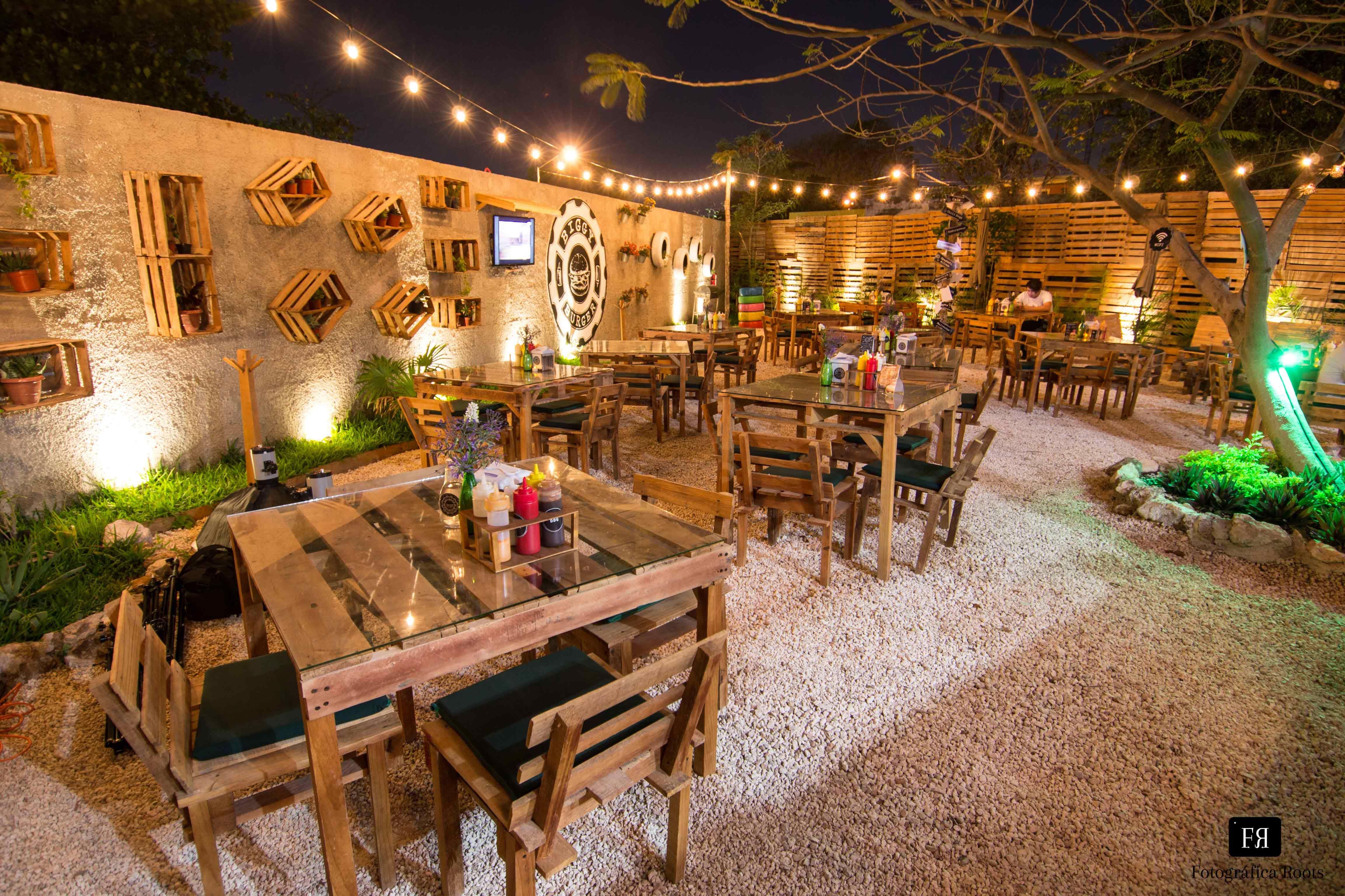 Resultado de imagen para restaurantes con sillas al aire libre