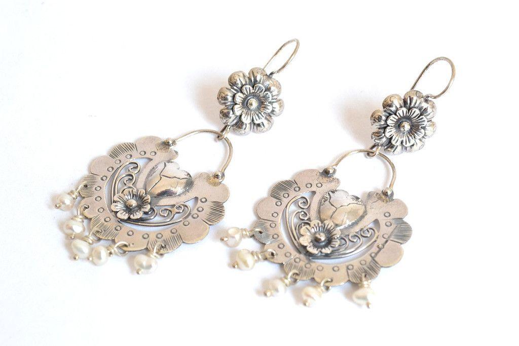 a210467fe5ca Aretes flor y corazón con perlas chicasJoyería de Plata 925 Hecho en México.  Producto artesanal