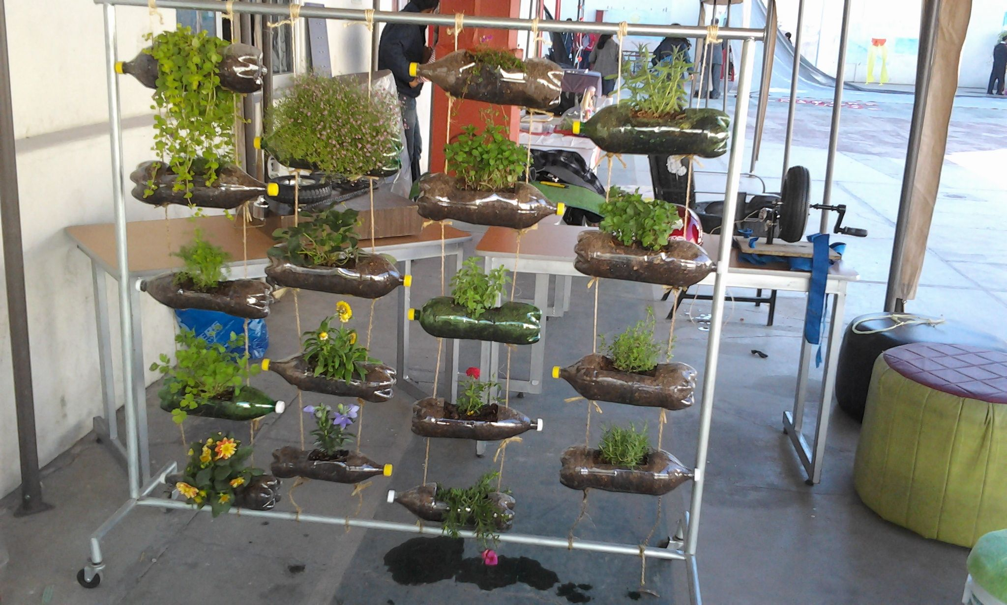 jardineras verticales con botellas de refresco - Jardineras Verticales
