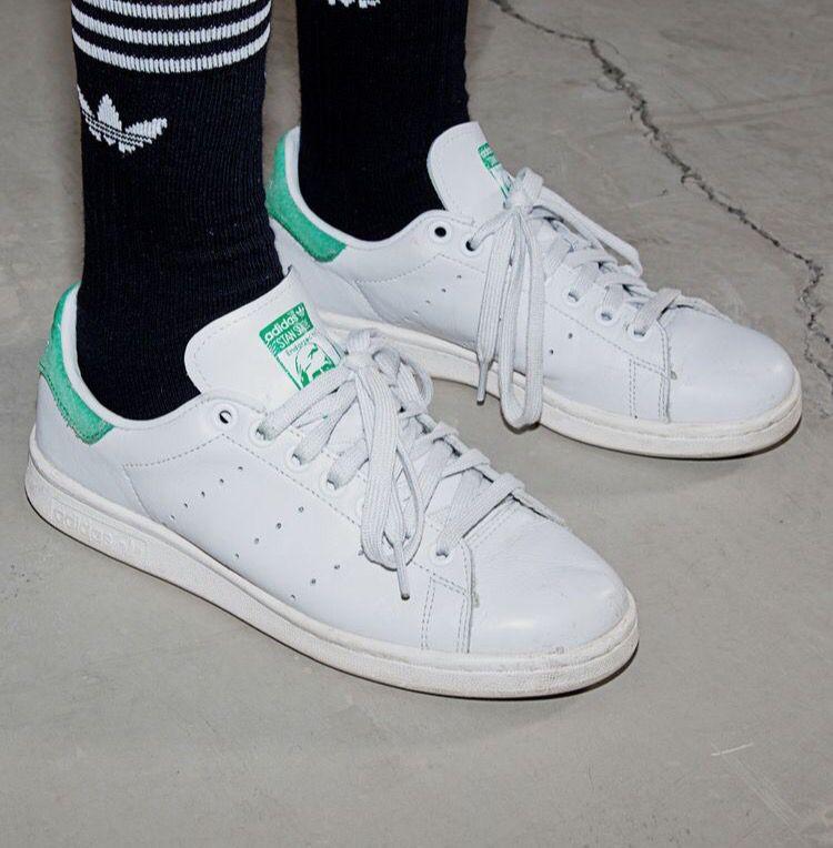 Stan smiths + black with white stripe sport socks Mädchen Turnschuhe d2d0886b2