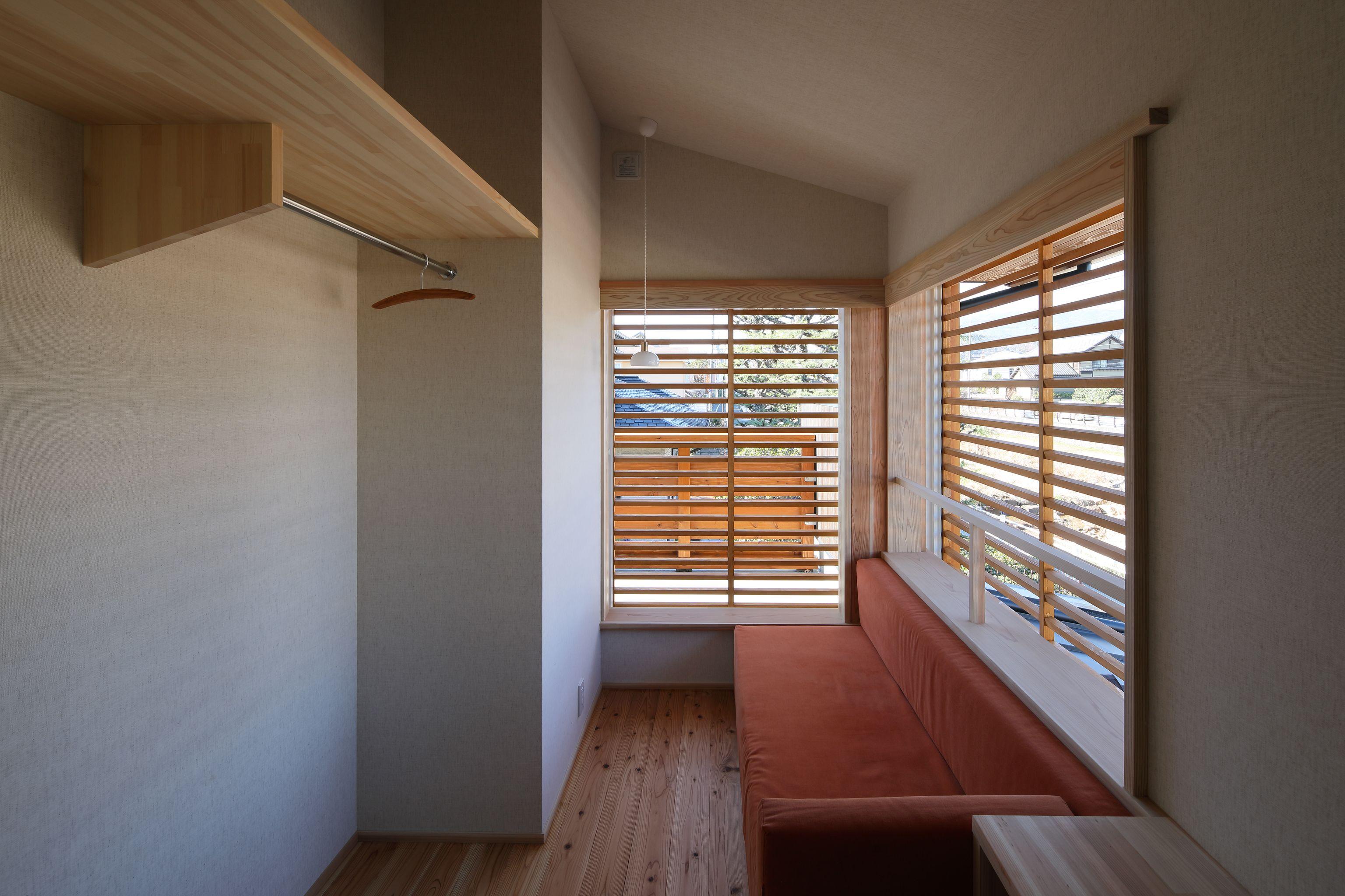 造り付けソファーは 素材からすべてオーダーした一品 開閉できる木製ルーバーで入る光をコントロールできます ここで