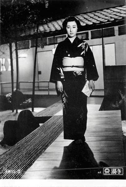 黒い着物を着て無表情で歩く若い頃の山本富士子