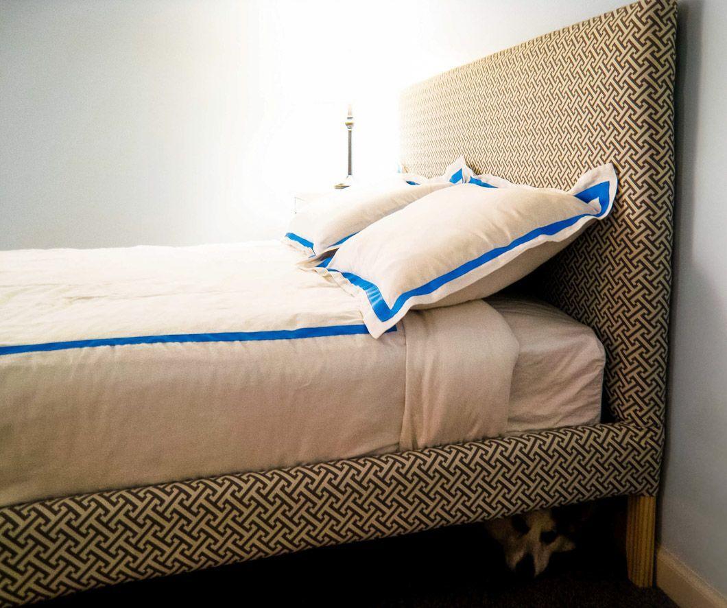Ikea Hack Wie Man Ein Fjellse Bettgestell Polstert Emmerson Und Funfzehnter In 2020 Ikea Fjellse Upholstered Beds Ikea Bed