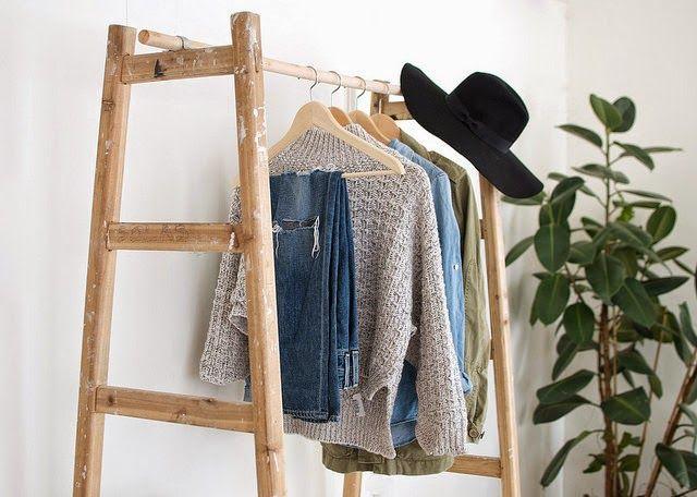 Colgador de ropa artesanal creado con dos escaleras y una for Colgador ropa pared