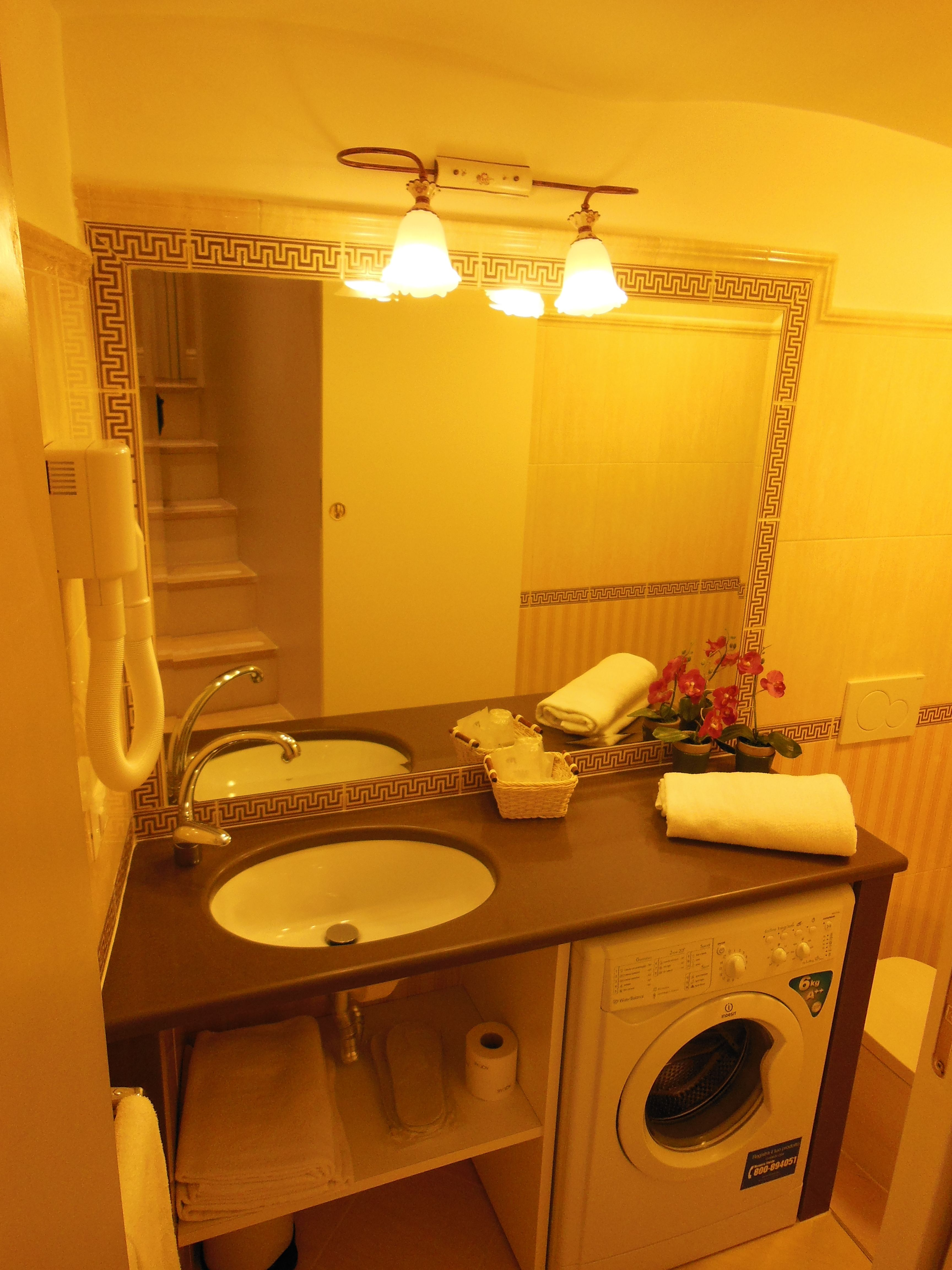 Appartamento bagno con lavatrice apartment bathroom for Piani di combo bagno e armadio combo
