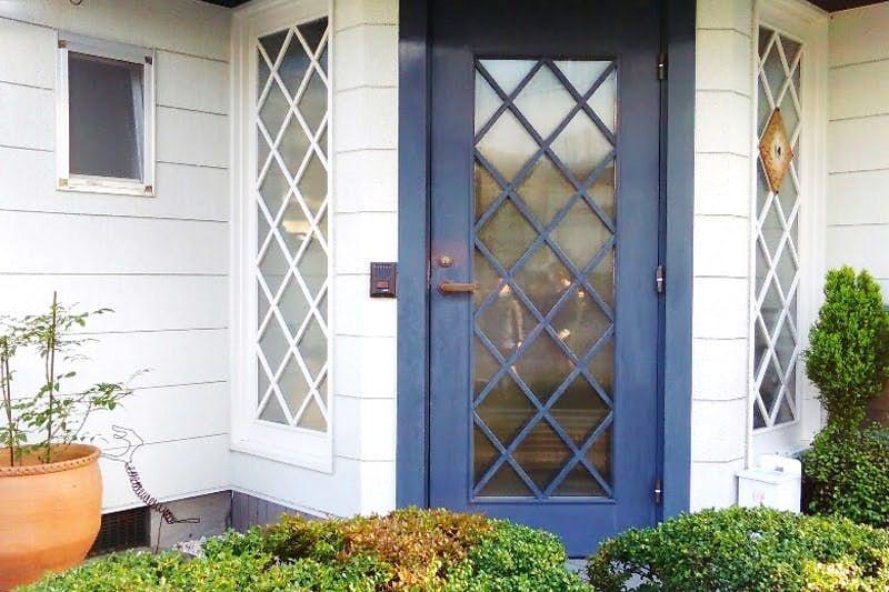 玄関扉と窓に Sag 003 エストラド を設置した事例 玄関 玄関扉
