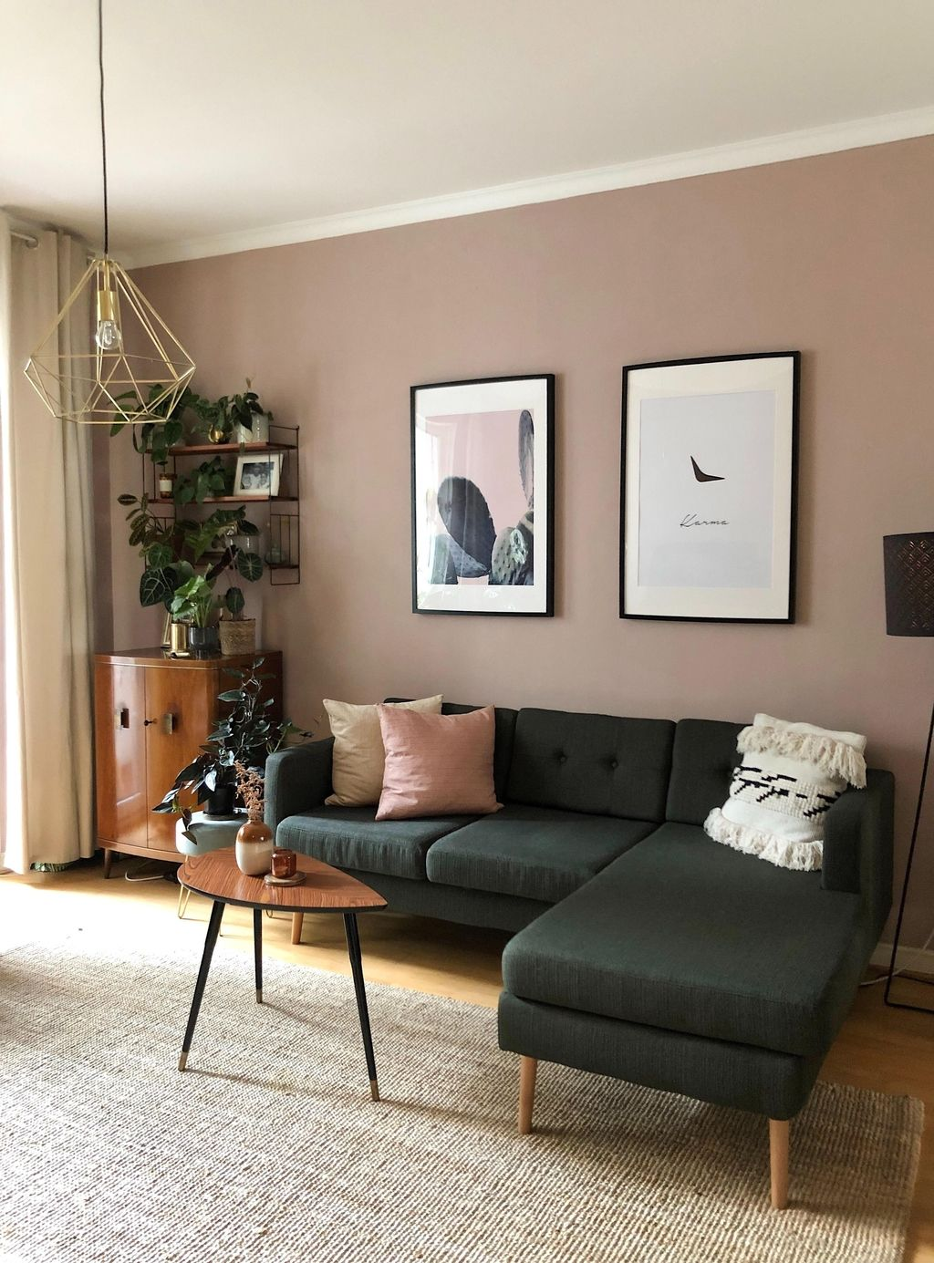 Den Tag wie Frauelein_Herz ganz gemütlich auf der Couch ausklingen lassen? Wir zeigen dir, wie du deine Sofaecke noch schöner machst! #einrichtungisdeen #dekoideen #sofa #wohnzimmer #wandgestaltung #COUCHstyle