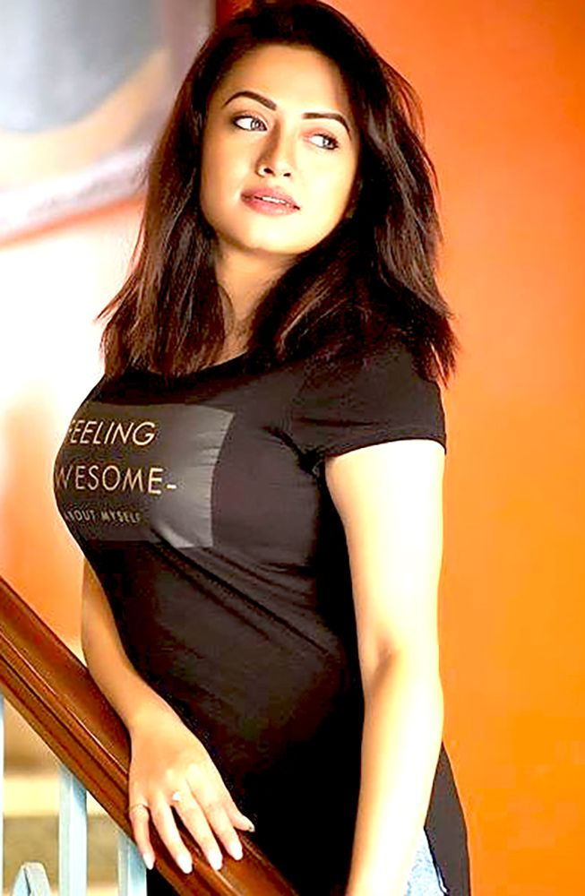 Indiangalz Hot Babe In A Tight Dress