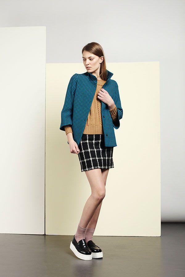 Das italienische Modelabel ANNIE P. steht für traditionelle Handwerkskunst. Die Designer Anna D'Eredita und Pietro Lacarbonara begannen vor über zehn Jahren als Produzenten für Premium-Marken wie Burberry und Moncler. Als sie 2006 ihr Label ANNIE P. gründeten, hatte sich das Paar mit Mänteln, Trenchcoats und Daunenjacken bereits einen Namen in der Branche gemacht. Unter ANNIE P. lancierten sie zuerst eine Outwear-Linie, später eine Komplettkollektion. #anniep