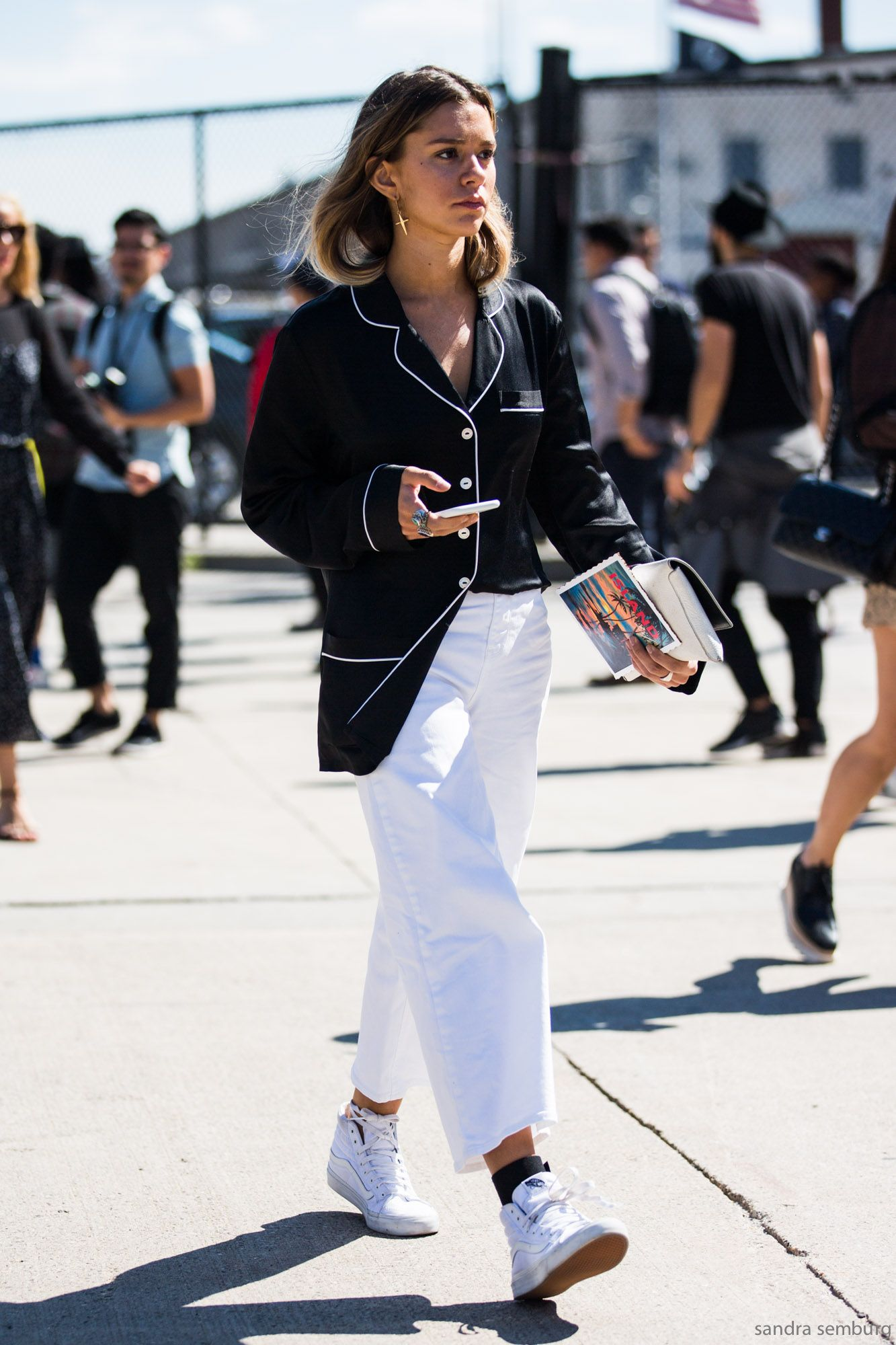 1566fffb91b0d8 How To Wear Pyjamas In Public - Cool Monochrome PJ Look Street Style ...