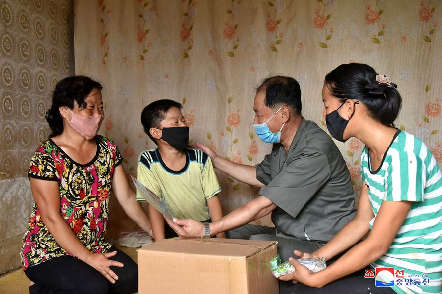 조선로동당 중앙위원회 일군들 황해남도의 농업근로자들과 함께 태풍피해복구전투 힘있게 전개 in 2020