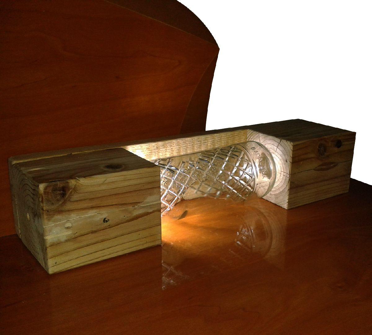 lmpara para mesita de noche hecha con botella de cristal reciclada y madera de pal