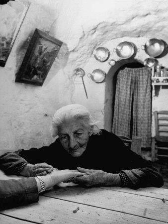 cigana espanhola de 90 anos lendo a mão de um turista