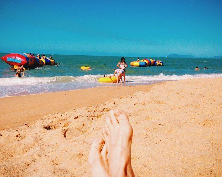 It's activity plus on Trinity Beach. Photo and feet by Adventure Mumma.#trinitybeach #thisisqueensland