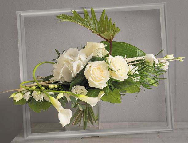 songe bouquet horizontal de roses et hortensia blancs avec travail de feuillage graphique. Black Bedroom Furniture Sets. Home Design Ideas