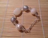 Bracelet gris et blanc, perles en pâte polymère et bois peints : Bracelet par chris-crea