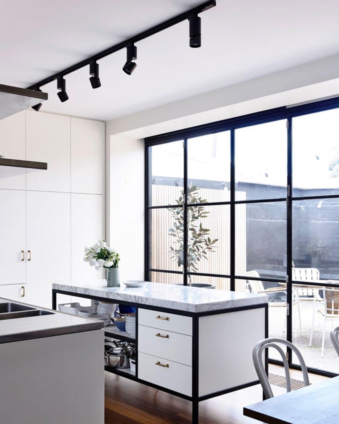 The Designory On Instagram Who Doesn T Love Black Framed Windows Certainly Not Us We Love How Maarchitects Have Acc Kokken Lamper Moderne Kokkener Kokken