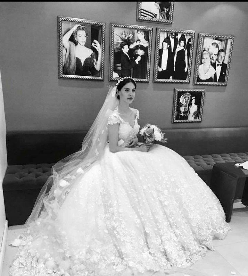 Toy Makiyaji Gəlinin Təbiiliyini Vurgulamaq Ucun Yaradilib Gundəlik Və Gecə Makiyaji Arasinda Olan Bir Novdur Gəlin Wedding Dresses Wedding Hair Tutorial
