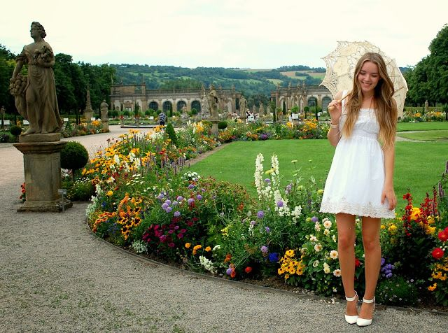 SCHLOSS WEIKERSHEIM - Vintage life en Vogue - Fashion blog - white lace dress - lace umbrella - castle - white pumps - new look - outfit - fashion style - elegant - chic - classic