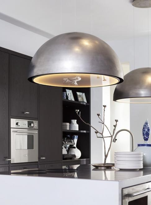 Kookeiland met prachtige design-afzuigkap in de vorm van een ...