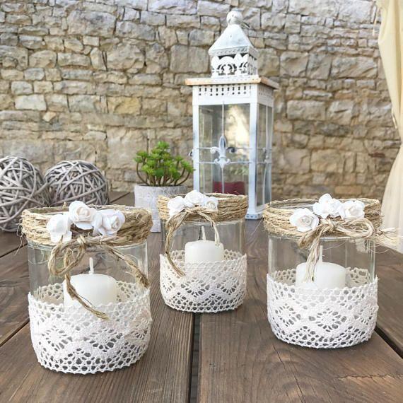 Photo of Zwei hübsche Kerzen machten Hände in der Werkstatt. Deko-Glasgefäße Band in …
