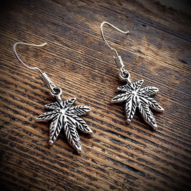 30 x Tibet Silver  Marijuana Pot Leaf Charms Pendant Jewelry Makings